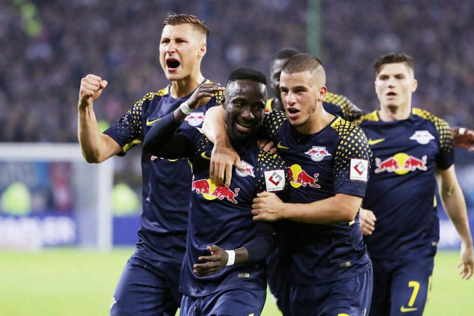 RB Leipzig (hier noch mit Naby Keita (Mitte vorn) trifft am Dienstagabend im Pokal-Halbfinale auswärts auf den Hamburger SV. Dort gewannen die Sachsen bislang 2:0 und 4:0.