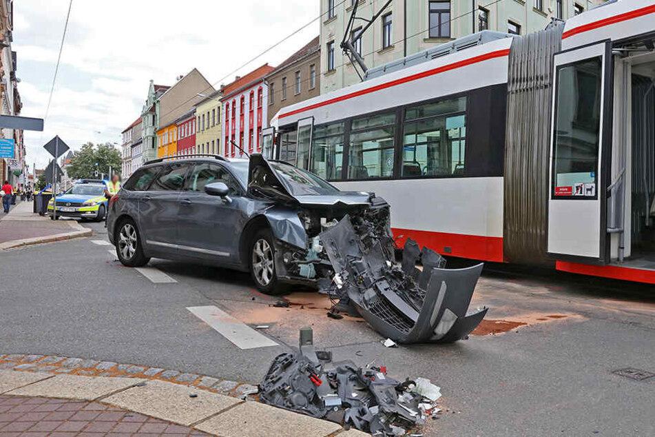 Schwerer Unfall in Zwickau: Citroen kracht in Tram