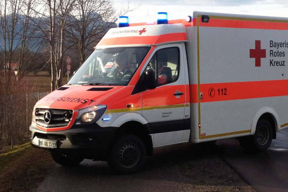 Die Retter konnten sieben verletzte Menschen in Krankenhäuser bringen. (Symbolbild)