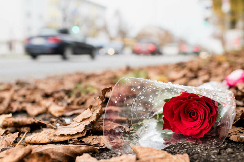 Eine Rose liegt an der Stelle, an der am Freitag ein 14-Jähriger tödlich verletzt wurde.