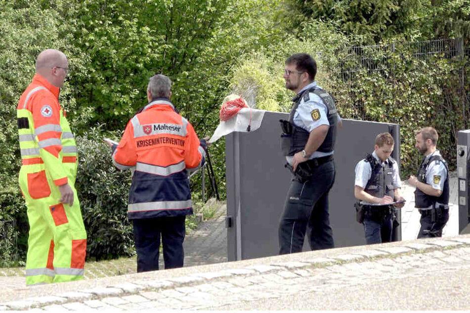 Einsatzkräfte am Samstag vor dem Wohnhaus der Familie in Tiefenbronn, in der sich vermutlich eine schreckliche Gewalttat ereignet hat.