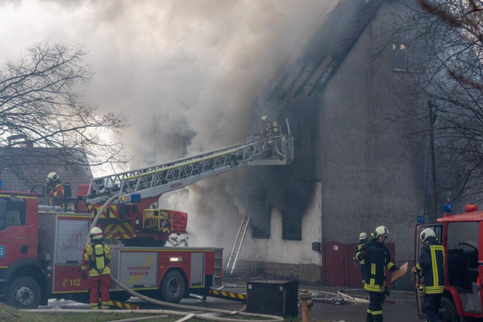 Feuerwehr kämpft gegen Flammen, Mensch wird in brennendem Haus getötet