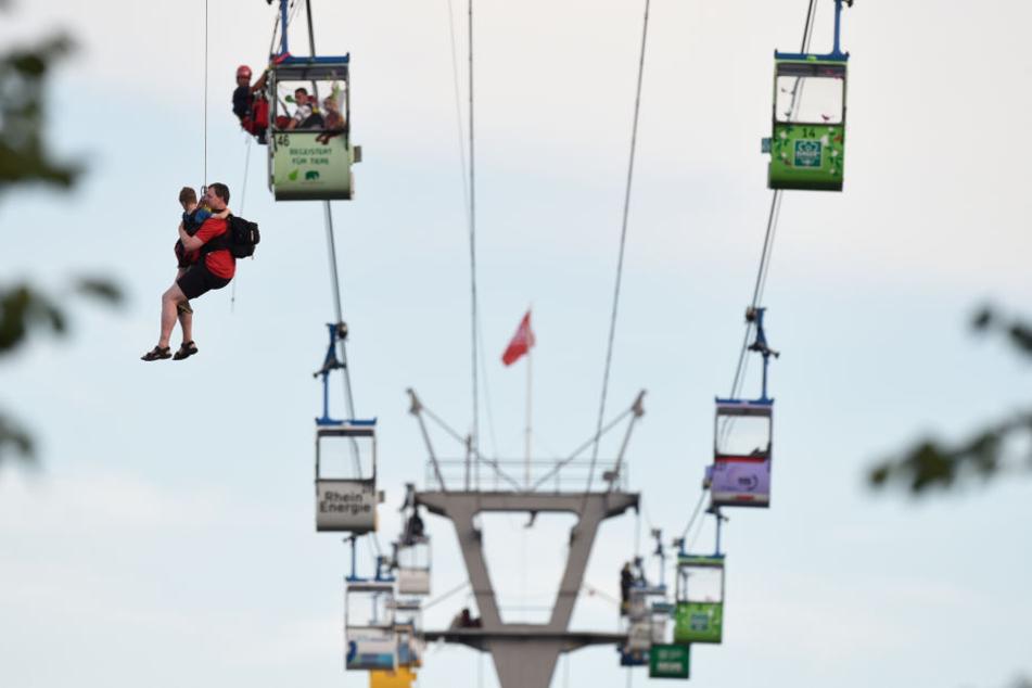 Höhenretter befreiten alle Fahrgäste aus der Seilbahn.
