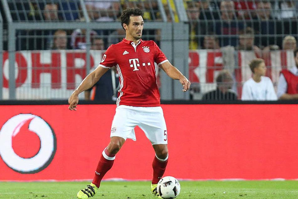 Mats Hummels lassen die Pfiffe beim Supercup-Spiel Bayern München gegen Borussia Dortmund kalt.