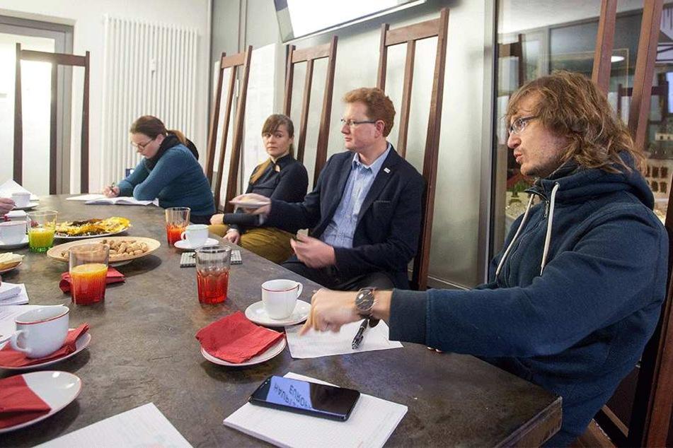 Lockere Runde im Kulturhauptstadtbüro: Nino Micklich (32, r.) und Ferenc Csák (42, 2.v.r.) sprachen über den Stand der Chemnitzer Bewerbung.