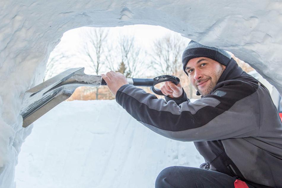 Mario Müller (34) ist einer der Modellbauer, der die Schneehöhle errichtete.