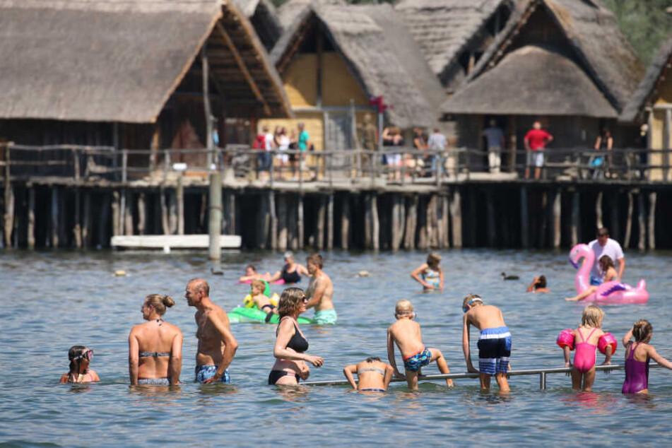 Der Bodensee (im Foto: das Strandbad in Unteruhldingen) ist ein beliebtes Ausflugsziel für Badegäste.