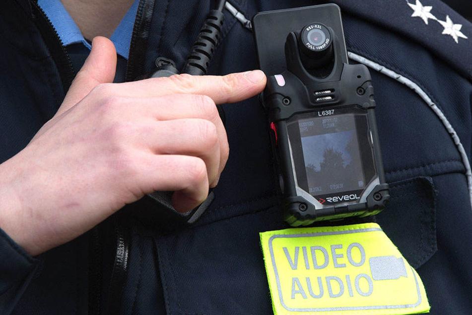 Polizistin mit Bodycam in Leipzig: Der Einsatz dieser Kameras ist heftig umstritten