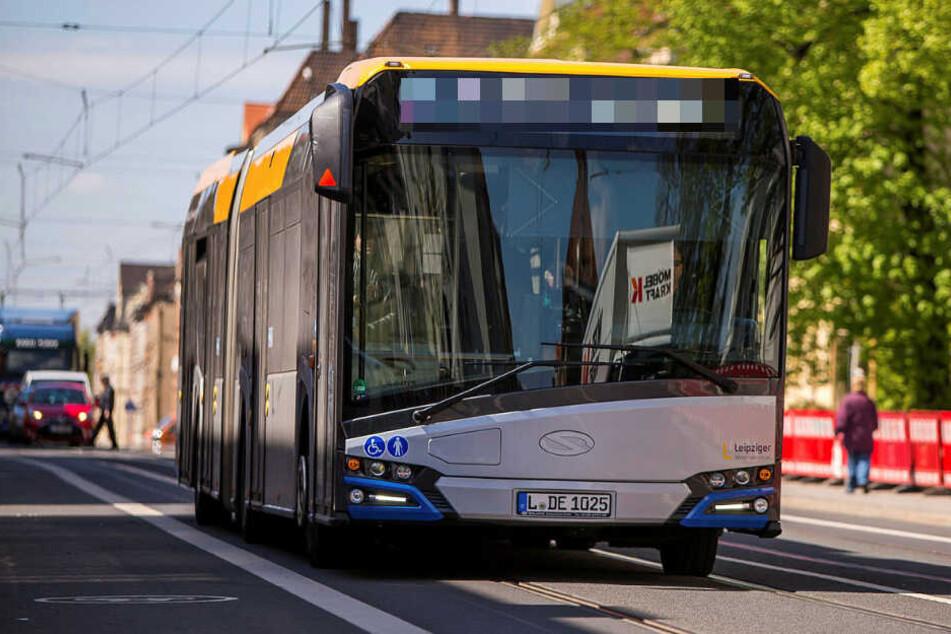 LVB-Bus bremst stark, Fahrgast stürzt und bricht sich die Nase