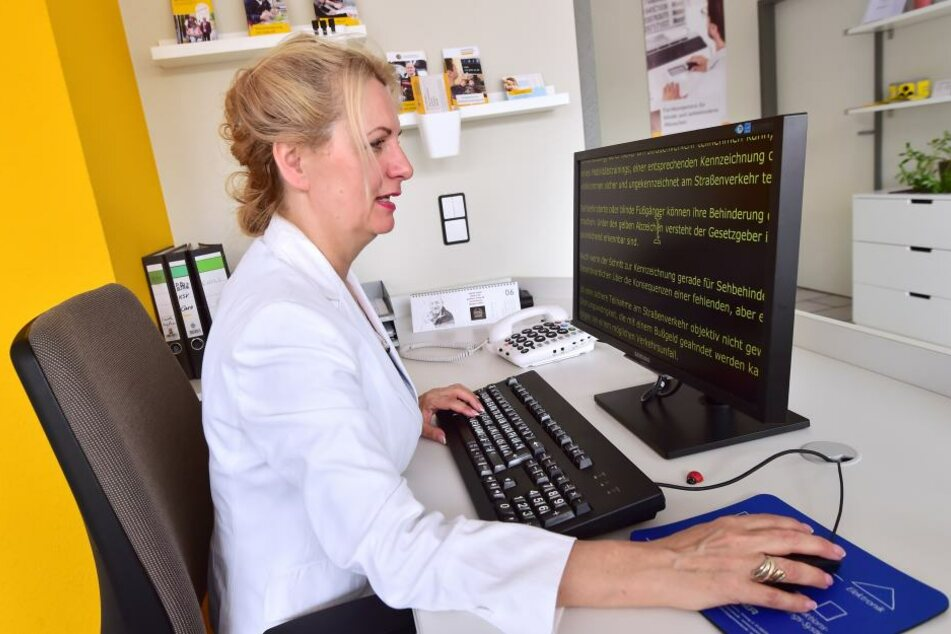 Gelbe Schrift vor schwarzem Hintergrund, so stellt Carola Engelmann beim Lesen ihre Texte ein.