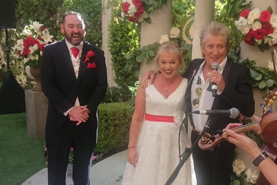 Rod Stewart singt höchstpersönlich für das Brautpaar.
