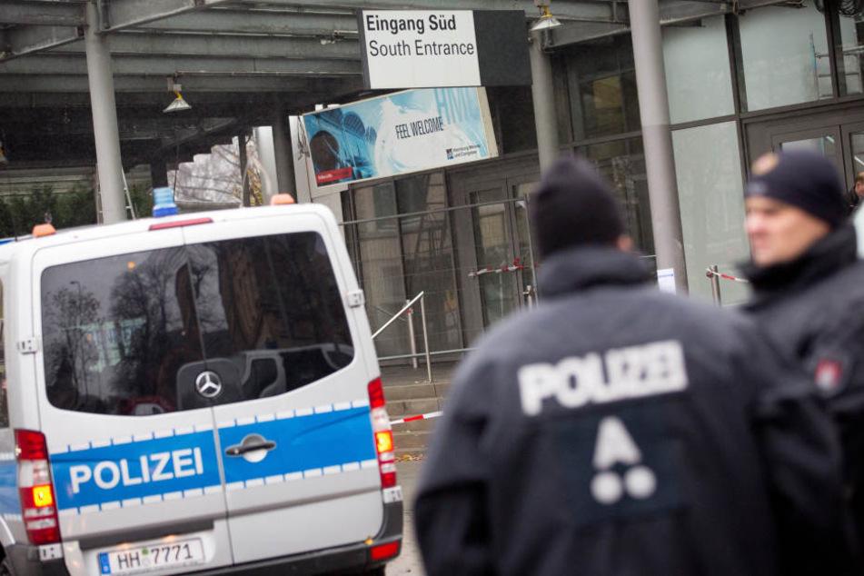 Zwei Polizisten sollen einen stark betrunkenen und hilfsbedürftigen Mann weit entfernt von seiner Wohnung zurückgelassen haben (Symbolbild).
