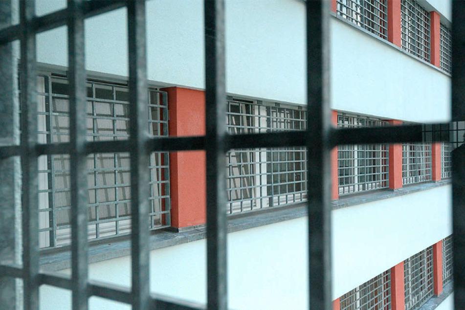 Blick durch ein Fenster der Frauen-Haftanstalt Chemnitz. Im März wurde es für die Häftlinge dort besonders eng.