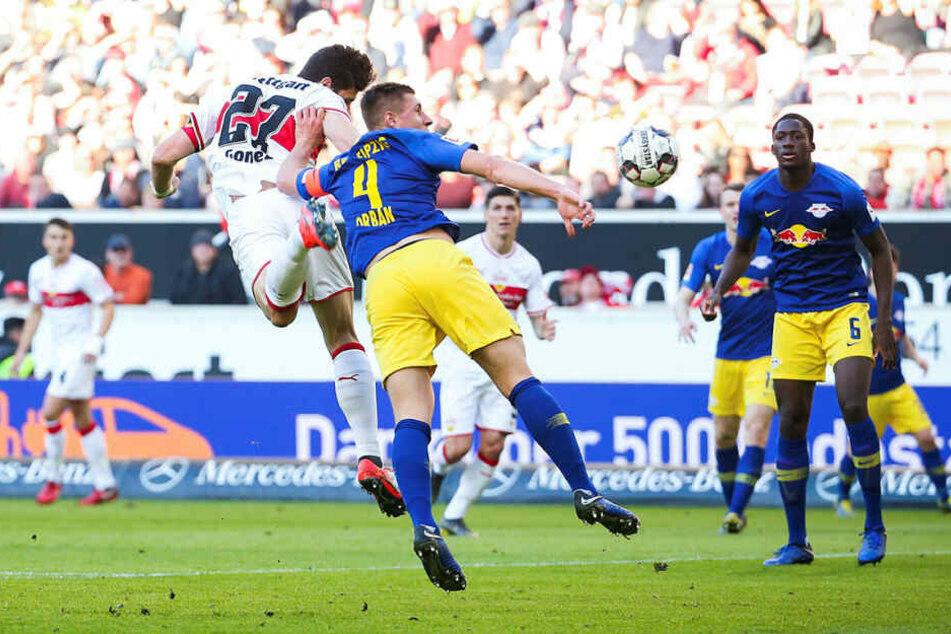 Strittige Szene: Nach einem Kopfball von Mario Gomez (l.) bekommt Leipzigs Kapitän Willi Orban den Ball an den Arm. Erst, nachdem sich Schiedsrichter Felix Zwayer die Situation in der Wiederholung ansah, entschied er auf Elfmeter, der zum Ausgleich führte