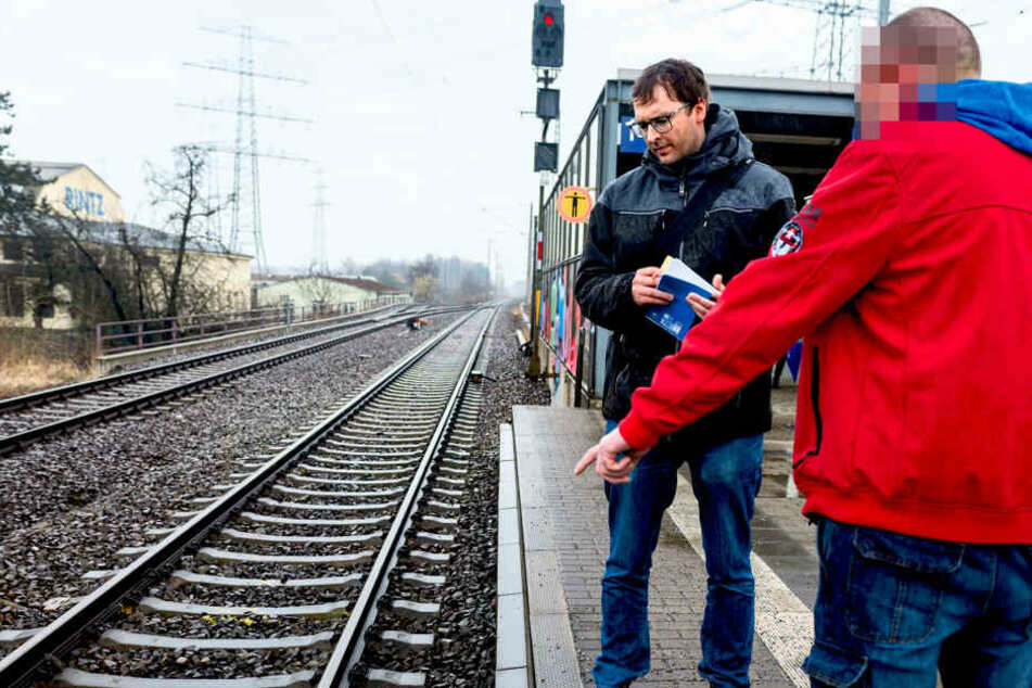 Zwei Männer schubsten ihn vor den Zug und sind schon wieder frei: Jetzt spricht das Opfer!
