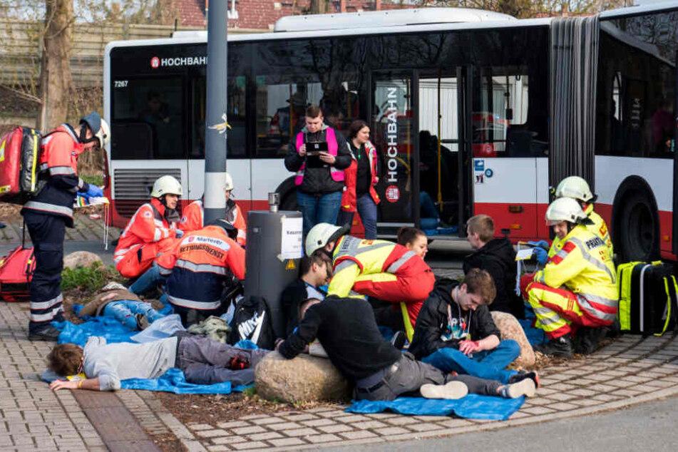 Rettungskräfte retten bei dem simulierten Unfall die Verletzten.
