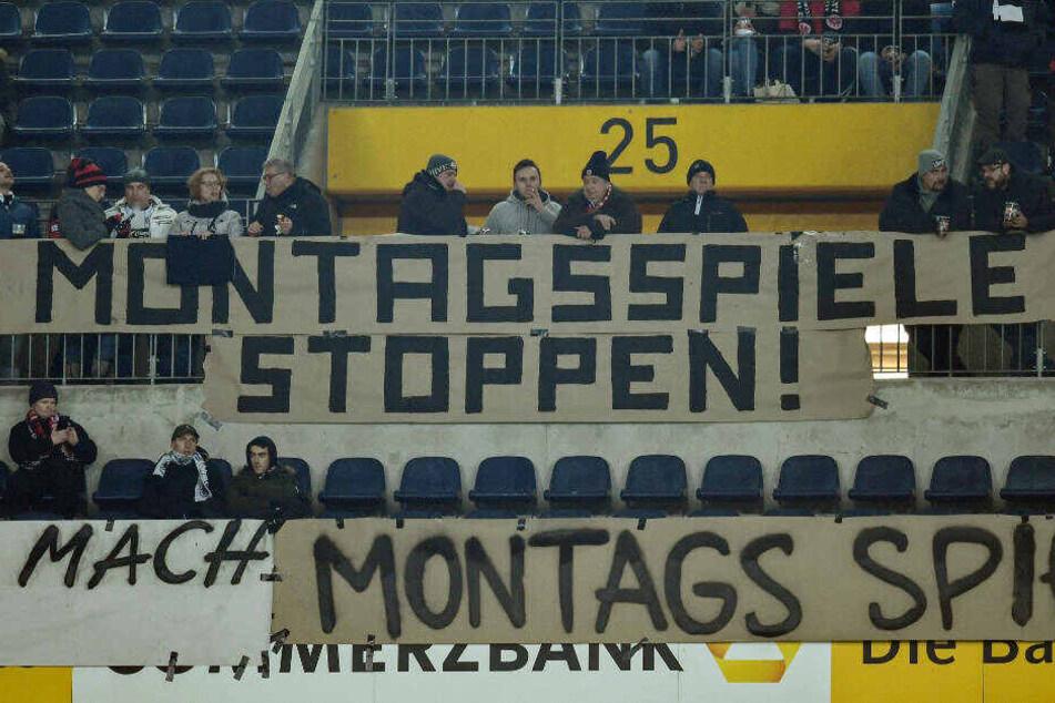 Protest in der Fan-Kurve gegen Montags-Spiele beim Heimspiel von Eintracht Frankfurt gegen RB Leipzig am 9. Februar 2018 (Archivbild).