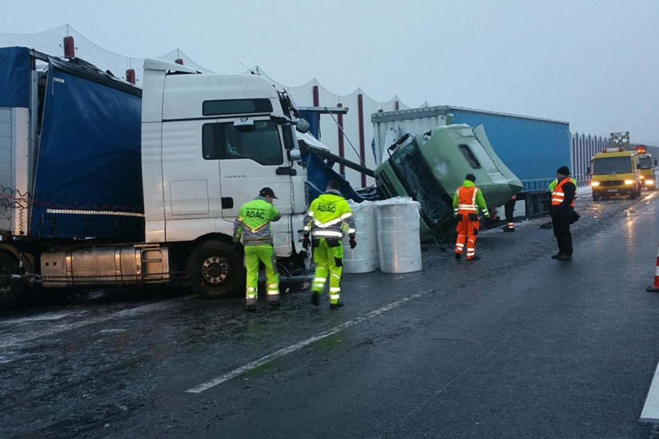 Bei dem Unfall mit zwei Sattelzügen entstand ein Sachschaden in Höhe von 100.000 Euro.