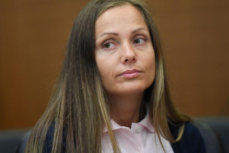 Das Foto zeigt Schwesta Ewa im Jahr 2017 vor dem Landgericht Frankfurt.