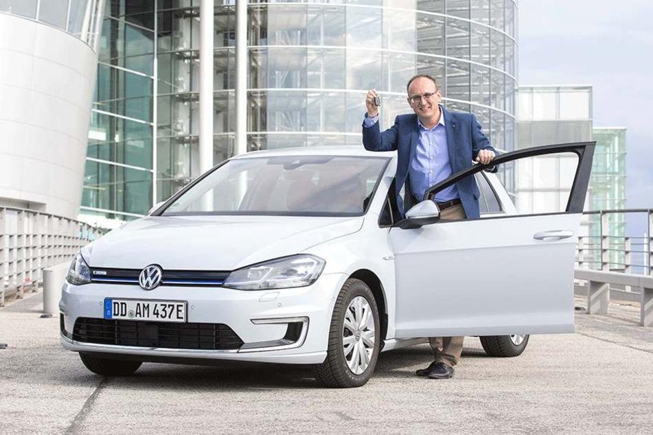 Voll unter Strom: Der Chemnitzer Landtagsabgeordnete Jörg Vieweg (47) freut sich auf seinen eGolf, den er sich bald aus der Gläsernen Manufaktur in Dresden abholen kann.