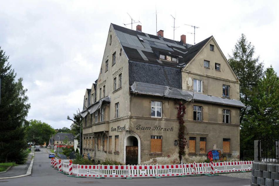 Seit Februar 2018 schützt eine Absperrung die Bahn- sowie Carl-Hertel-Straße vor herunterfallenden Gebäudeteilen