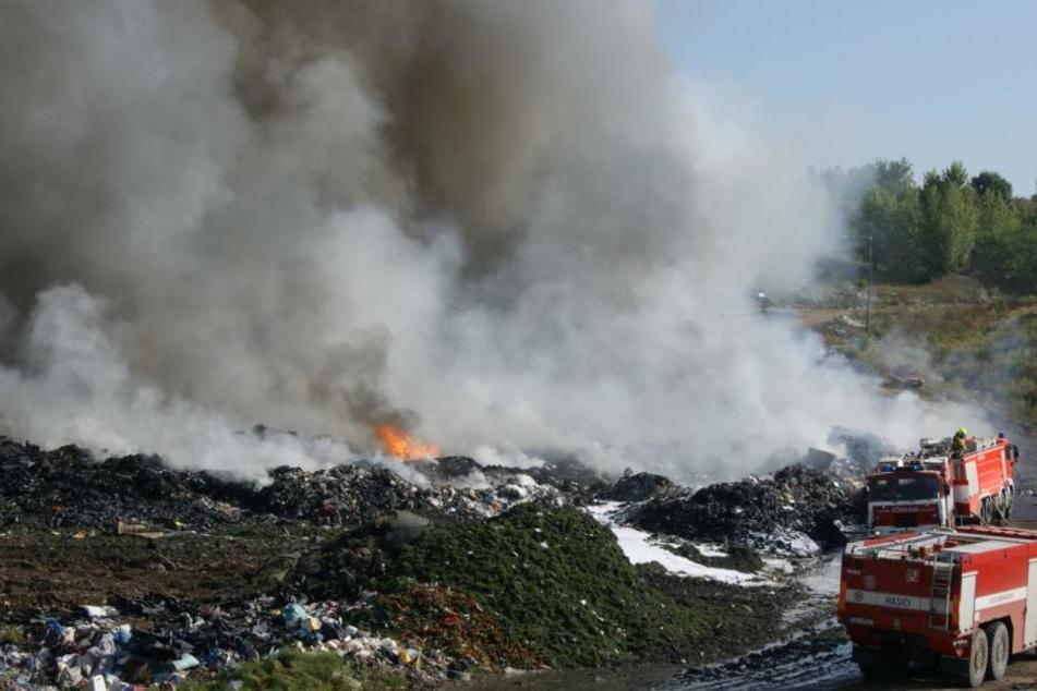 Einundzwanzig Feuerwehrfahrzeuge waren im Einsatz. Abfälle waren in Brand geraten.