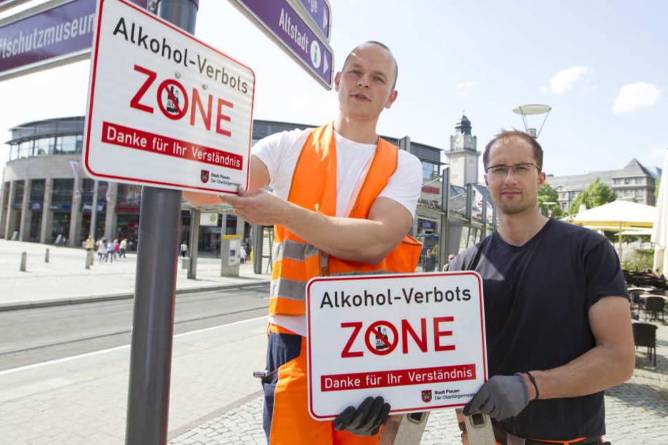 Alkoholverbot: Tino Forkel (l.) und Marco Wunderlich vom Bauhof hängten die Schilder auf.