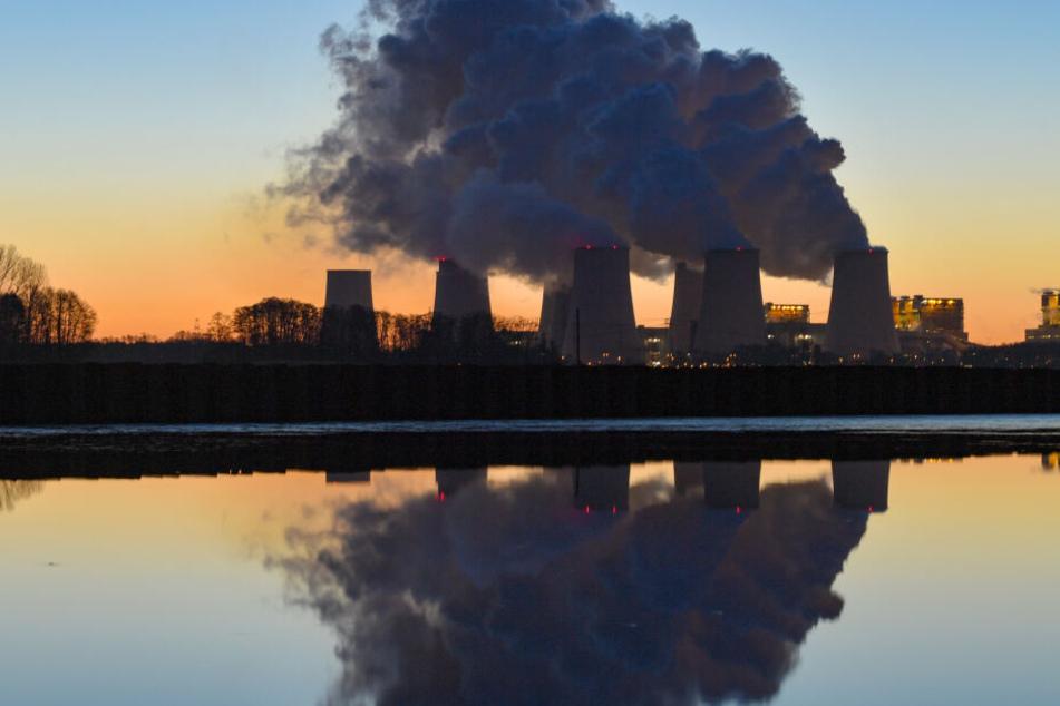 Das Kraftwerk Jänschwalde in der Lausitz ist nach Angaben des Betreibers Leag derzeit das drittgrößte Kraftwerk Deutschlands, wenn die Blöcke in der Sicherheitsbereitschaft eingerechnet werden.