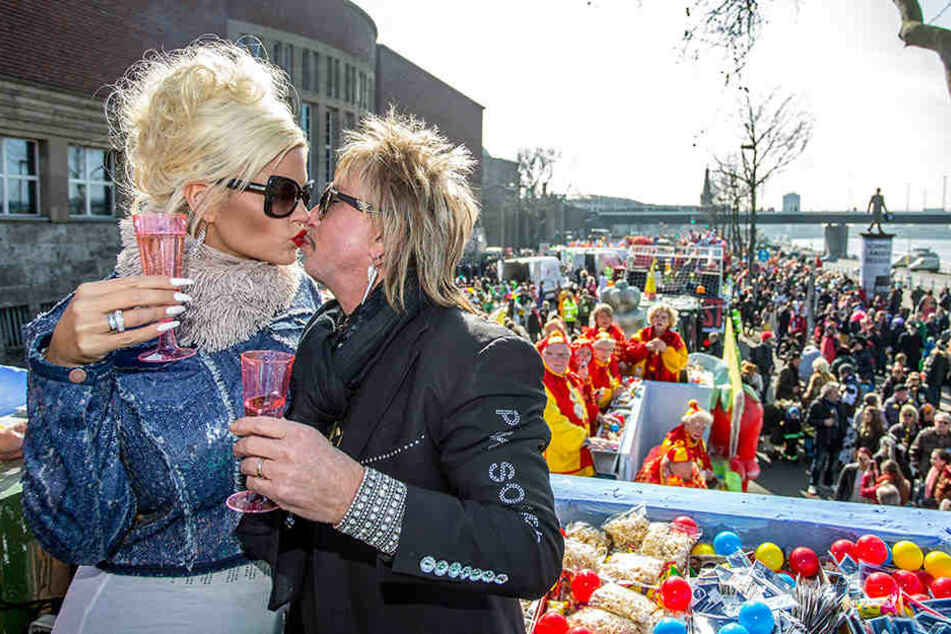 Die Wollersheims quietsch- und knutschvergnügt beim Karneval.