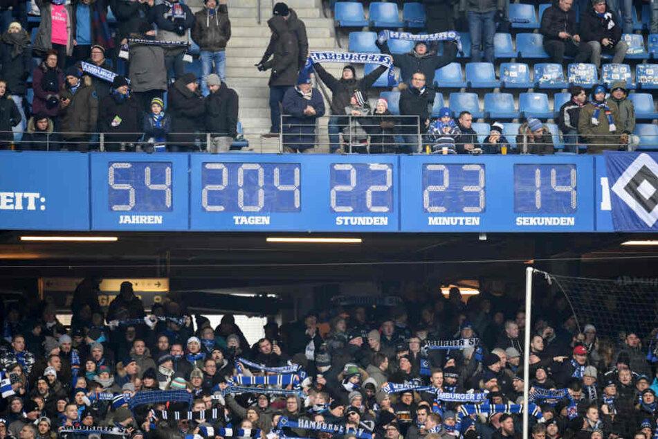 Zuerst zeigte die Uhr die Dauer der Erstliga-Zugehörigkeit des HSV an, nach dem Abstieg die Zeitspanne seit der Gründung.