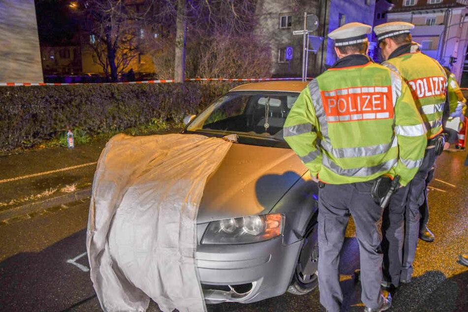 Polizisten an der Unfallstelle.