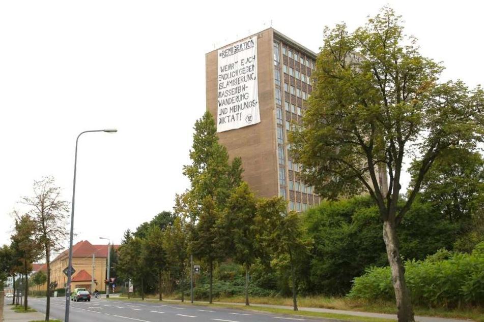 Das Hochhaus von der Breitscheidstraße aus gesehen. Das Plakat ist gut acht Meter groß.