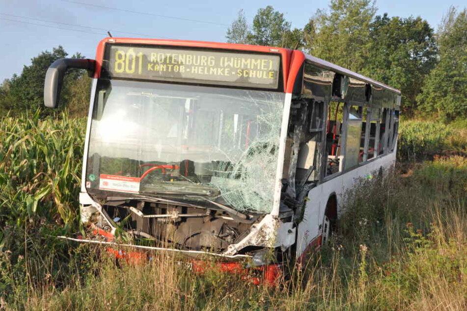 Der Bus kam erst in einem angrenzenden Feld zum Stehen.