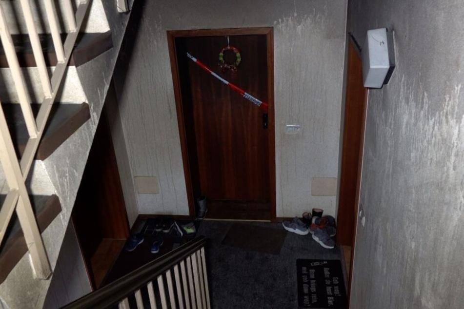 Im Hausflur haben sich deutliche Rußablagerungen gebildet, das heruntergelaufene Löschwasser ist an den Wänden zu erkennen. Die Brandwohnung wurde abgesperrt.