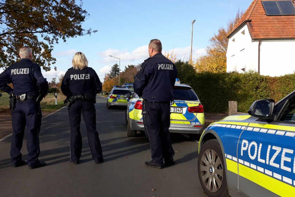Die Polizei sperrte das Gebiet um das Haus des Täters weiträumig ab.