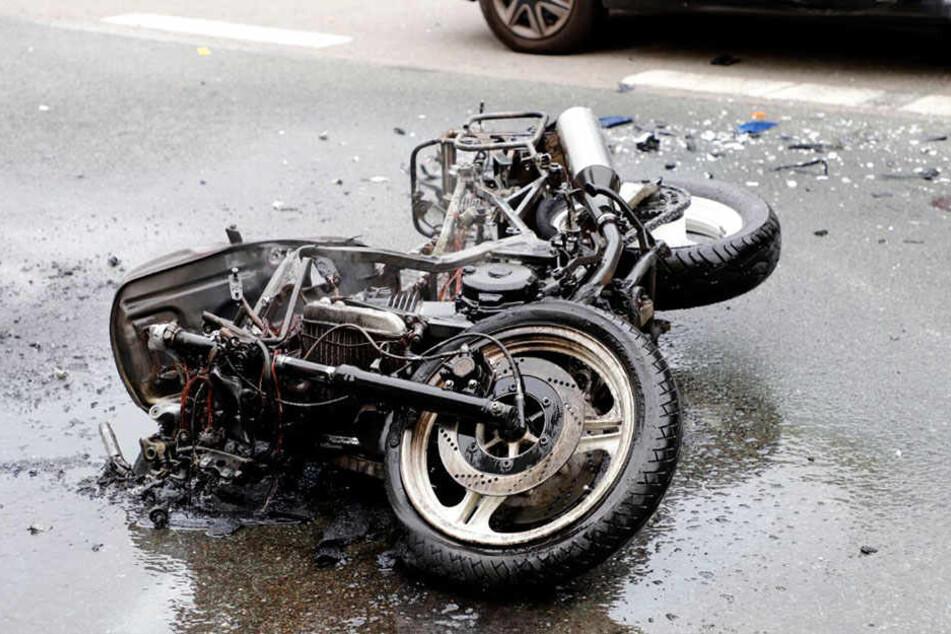 Motorrad brennt nach Crash mit VW: Biker im Krankenhaus