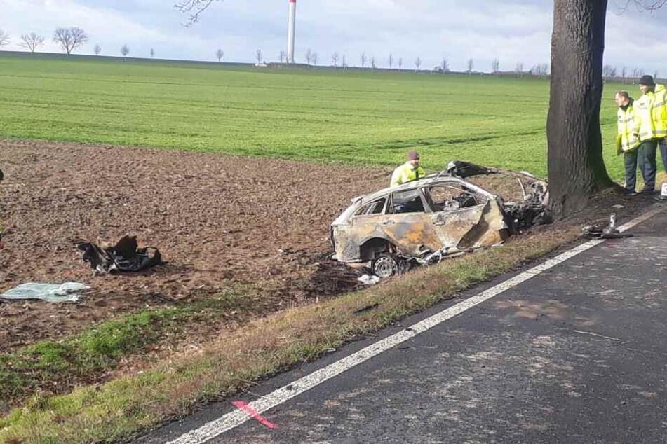 Der Unfallwagen ist komplett ausgebrannt.