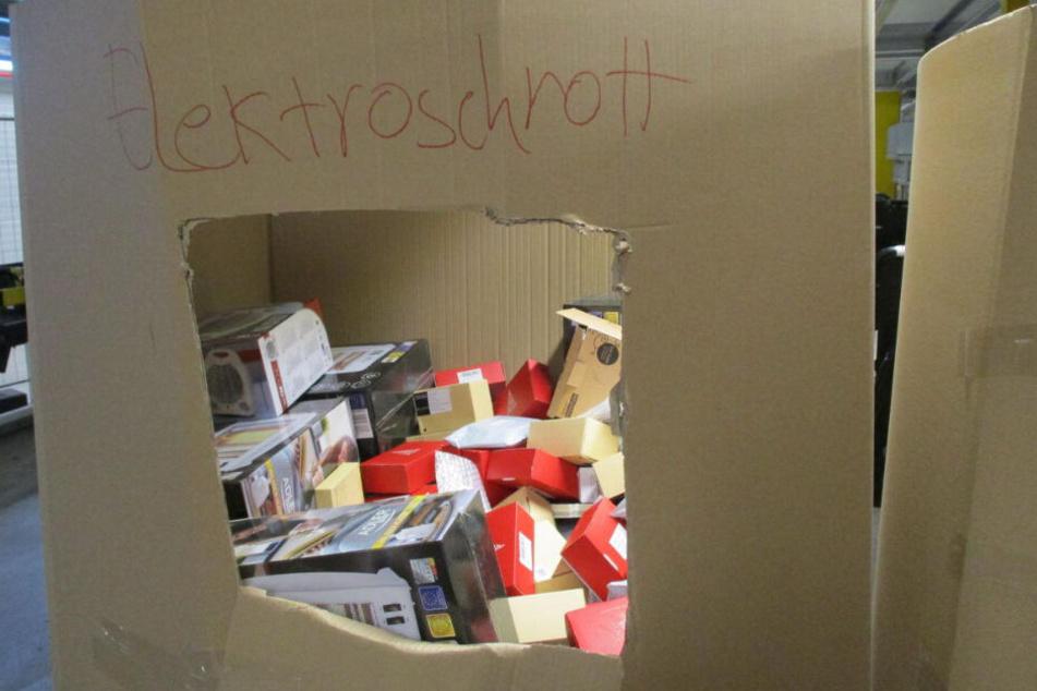 Die zurückgesendete Ware wird in großen Pappkartons sortiert.