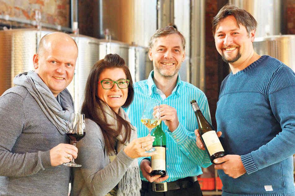 Die Luisenhof-Pächter Carsten (48) und Carolin Rühle (37) stoßen mit den Winzern Ingo Handke (47) und Tim Strasser (32, v.l.) auf die Hausweine an.