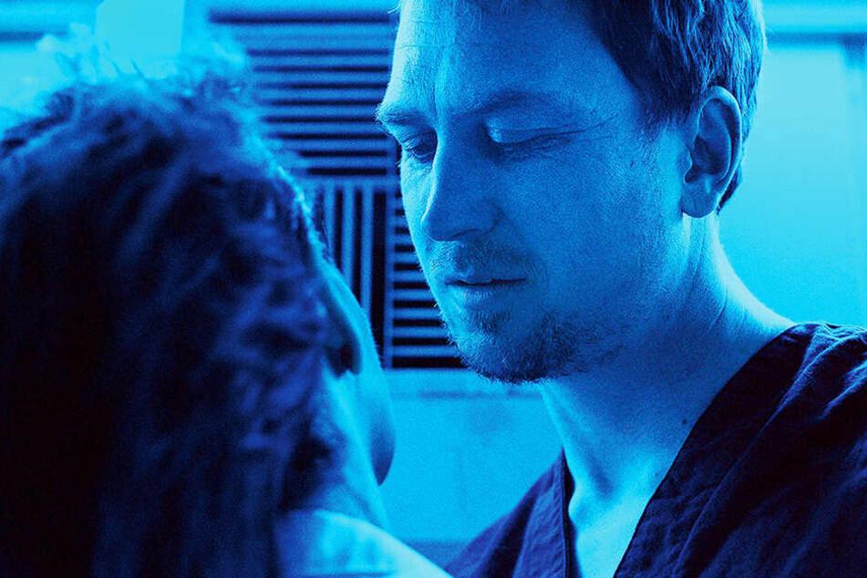 Chandra (r., Lars Eidinger) macht Dr. Dibs (Juliette Binoche) ein unmoralisches Angebot.