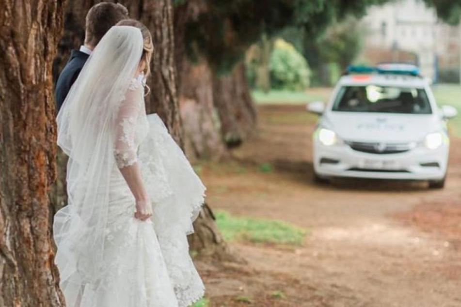 Hier sieht man, wie das Polizeiauto angerast kommt, während das Brautpaar Fotos macht.
