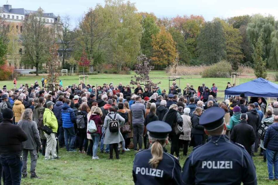 An der Gedenkveranstaltung am Zwickauer Schwanenteich nahmen rund 450 Personen teil.