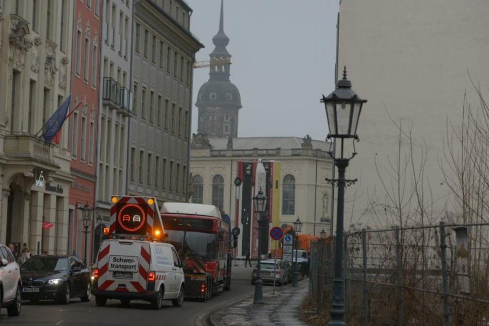 Inzwischen ist auch Bus Nummer drei auf dem Weg zur Frauenkirche.