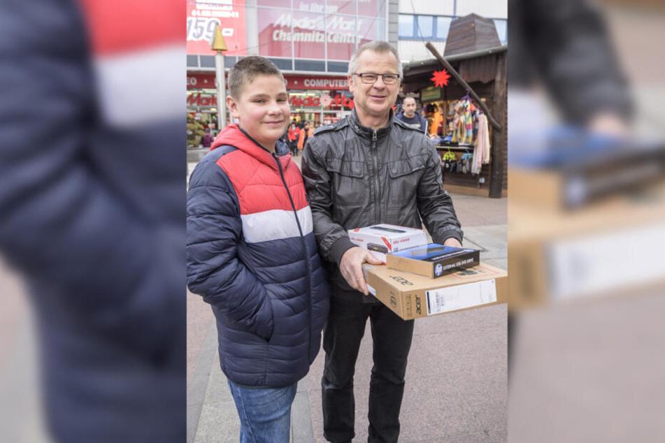 Bernd Ludwigkeit (56) kaufte mit Sohn Noah (13) einen externen DVD-Brenner für den neuen Laptop seiner Frau nach.