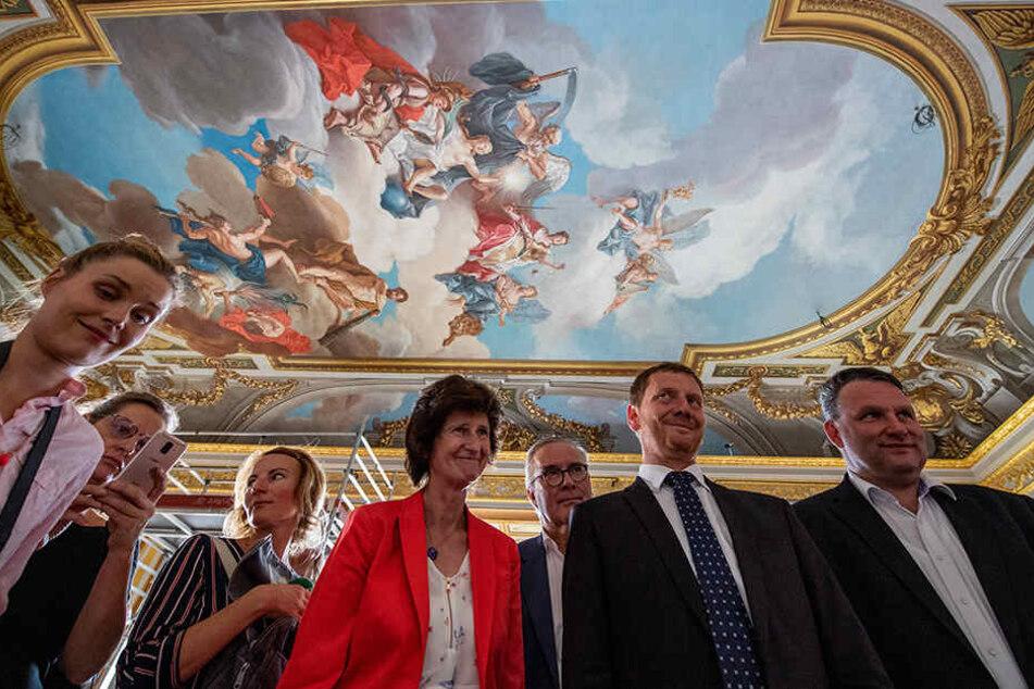 Ministerpräsident Michael Kretschmer (44, CDU, 2.v.r.) und Kunstministerin Eva-Maria Stange (62, SPD, 4.v.l.) unter einem rekonstruierten Deckengemälde von Louis de Silvestre (1675-1760).