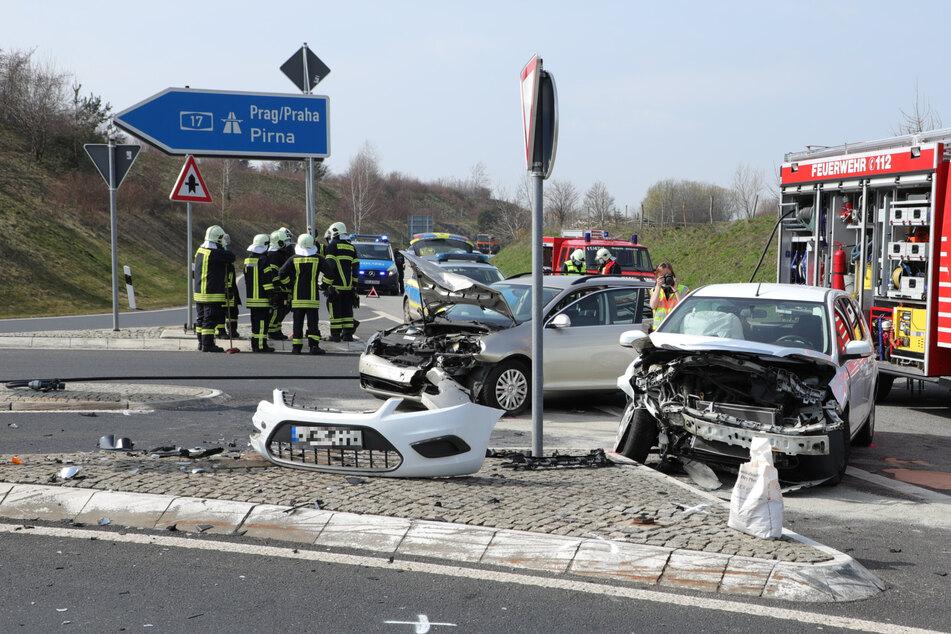Unfall vor der A17-Auffahrt: Zwei Autos krachen frontal ineinander