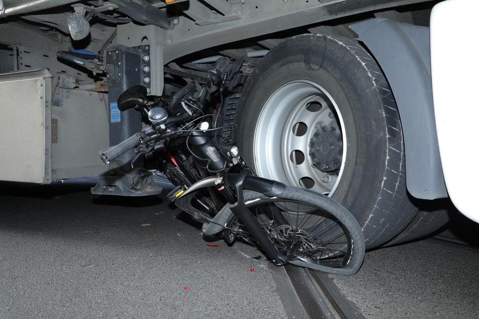 Das eingeklemmte Fahrrad unter dem Laster.