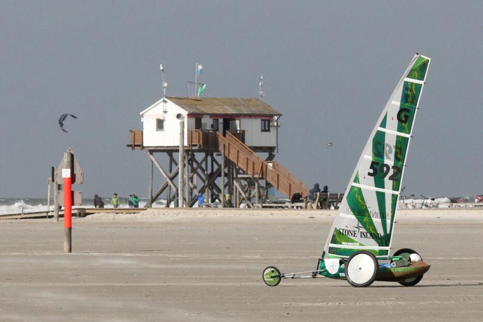 Ein Strandsegler trainiert am Strand. Kurz vor dem Osterwochenende startet St. Peter-Ording in die Sommersaison.