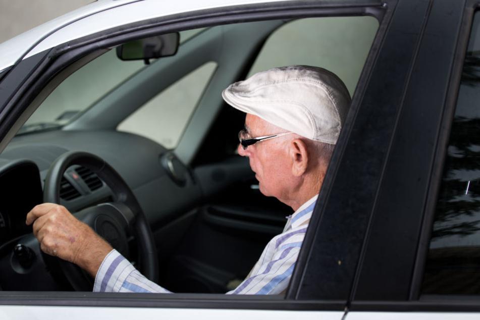 Der 80-Jährige krachte mit seinem Wagen im Anschluss gegen ein Straßenschild, wurde leicht verletzt (Symbolbild).