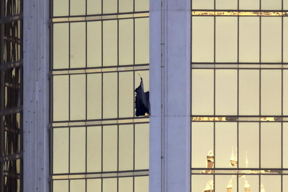 "Aus diesem zerbrochenen Fenster des ""Mandala Bay Resort and Casino"" erschoss der 58 Menschen."